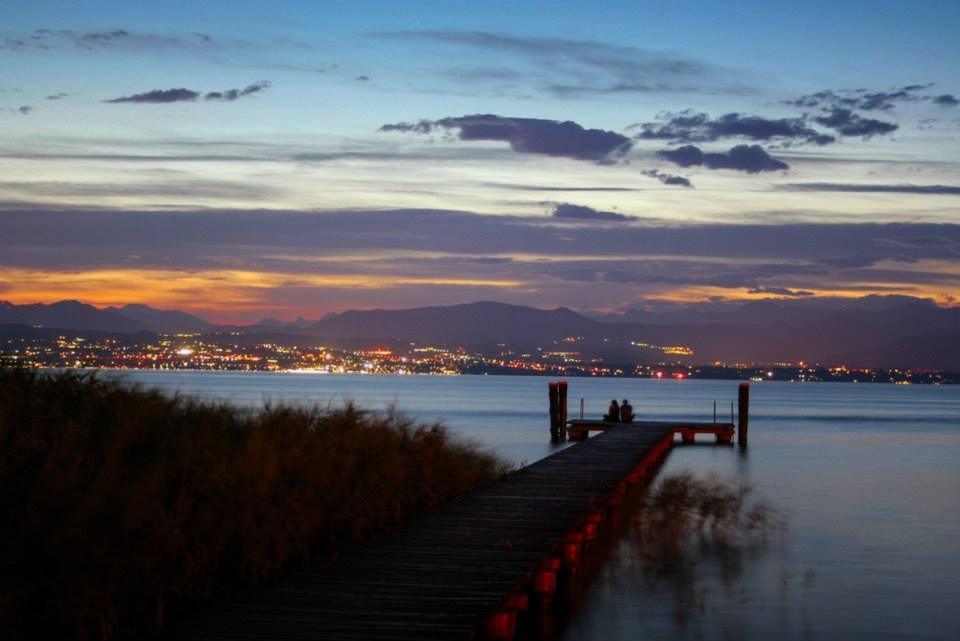 L'amore al tramonto pontile spiaggia Brema di Andrea Pizzocolo (Sirmione, BS)